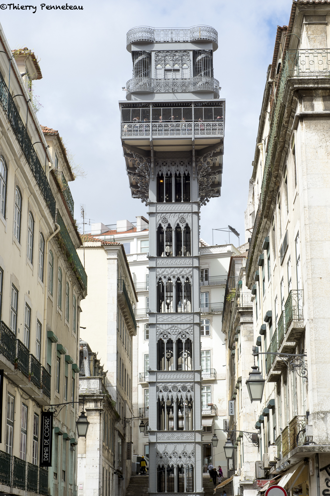 0[ Lisbonne. Au cœur de Lisbonne, près de la rue Do Orou, ce drôle d'ascenseur aux allures modernes est considéré comme l'attraction touristique la plus importante du quartier. Cette merveille technologique de Lisbonne fut construite par Raoul Mesnier du Ponsard en 1902.A cette époque, il fonctionnait à la vapeur et ne fut électrisé qu'en 1919. Construit dans un style néogothique, la structure de cet ascenseur rappelle aux premiers abords, la Tour Eiffel, ce qui n'est pas totalement faux.Car effectivement, le créateur du Santa Justa également appelé Elevador de Santa Justa fut un étudiant du grand Gustave Eiffel. D'une hauteur de cinquante mètres mètres, le bel ascenseur est construit en fer forgé et possède deux cabines pouvant contenir chacune une vingtaine de personnes.Ce n'est pas seulement le seul ascenseur réellement vertical du pays, l'ascenseur de Santa Justa représente également l'unique monument néogothique de Lisbonne. Il fait également office de moyen de communication entre les quartiers de Bairro Alto et les quartiers de Baixa.Du haut de cette tour, on peut admirer la Lisbonne dans toute sa splendeur : la ville entière et ses monuments historiques s'offrent au regard. ]02-31173.tif