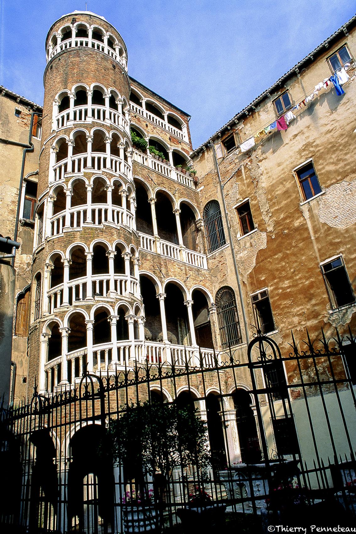 Escalier palais cantarini 1