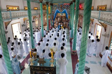 [ Le culte du Bao Dai est une religion etrange. Synthese entre les grandes philosophies religieuses d occident et d extreme orient, cette religion de tolerance rassemble le Bouddhisme, le Confuscianisme, le Taoisme et la Chretiennete. Dans les lieux de culte, on retrouve des statues de chacunes de ces religions. Le symbole principal est un oeil qui vous regarde. La decoration est tres kitch.Victor Hugo est l un des trois saints de cette religion. L'île de Phu Quoc est située dans le golf du Siam au sud du cambodge (12 Kilomètres) a l'ouest des cotes Vietnamiennes (45 Kilomètres). L'île s'étend sur une surface de 550 Kilomètres carrés et constitue à ce titre la plus grande des îles Vietnamiennes. A titre de comparaison, la superficie de cette île correspond a celle de Singapour soit un territoire 1000 fois plus petit que la france métropolitaine. L'île a une forme triangulaire ou le nord a conservé un aspect beaucoup plus sauvage que la partie Sud, les forêts ou jungle tropicale constitue la partie centrale de l'île et vous y trouverez une riche réserve naturelle (créée en 1986) dans le nord qui représente un patrimoine de faunes et de flores très riches. Autour de celle île, vous apercevrez de nombreux petits îlots qui font la joie des plongeurs grâce a leurs fonds sous marins tantot corallieens, et tantôt sableux C'est un district de la province de Kien Giang et le chef lieu de l'île est Duong Dông. ] [ The worship of Bao Dai is a strange religion. Synthesis between great religious philosophies D occident and D Far East, this religion of tolerance gathers Buddhism, Confuscianisme, the Taoism and Chretiennete. In the places of worship, one finds statues of chacunes of these religions. The principal symbol is an eye which looks at you. Decoration is very kitch. Victor Hugo is L one of the three saints of this religion.The island of Phu Quoc is located in the golf of Siam at the south of Kampuchea (12 Kilometers) has the west of the dimen